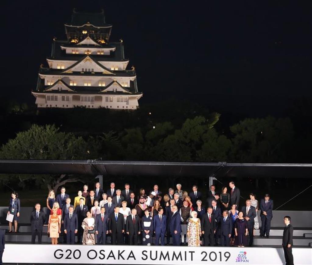 大阪城をバックに記念写真撮影に臨む各国首脳と配偶者ら=6月28日午後、大阪市中央区(代表撮影)