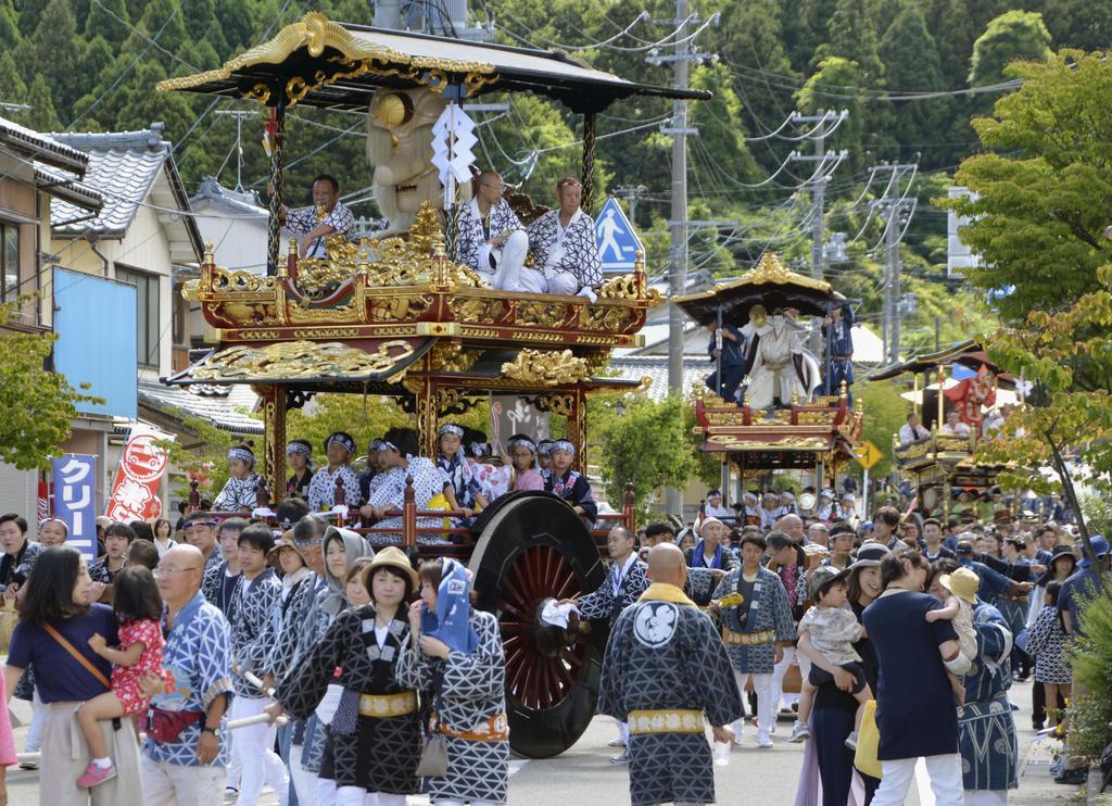 村上大祭で引き回される「おしゃぎり」=7日、新潟県村上市