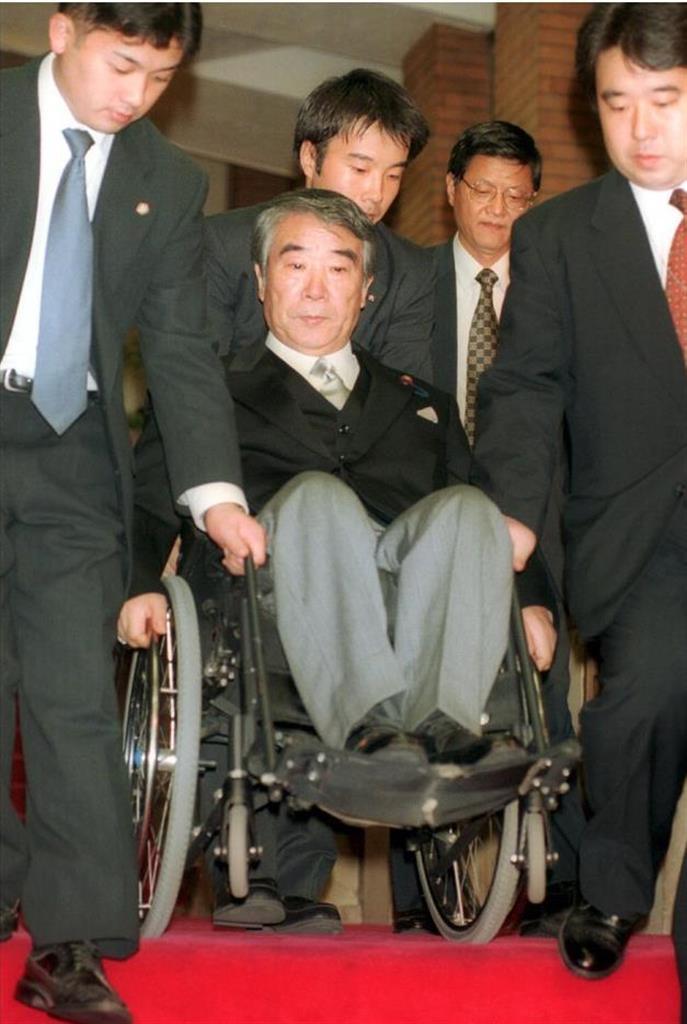 小渕第2次改造内閣で郵政相に就任し、当時の首相官邸を出る八代英太氏=平成11年10月