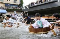 観光客ら、たらいで川下り 静岡・伊東温泉