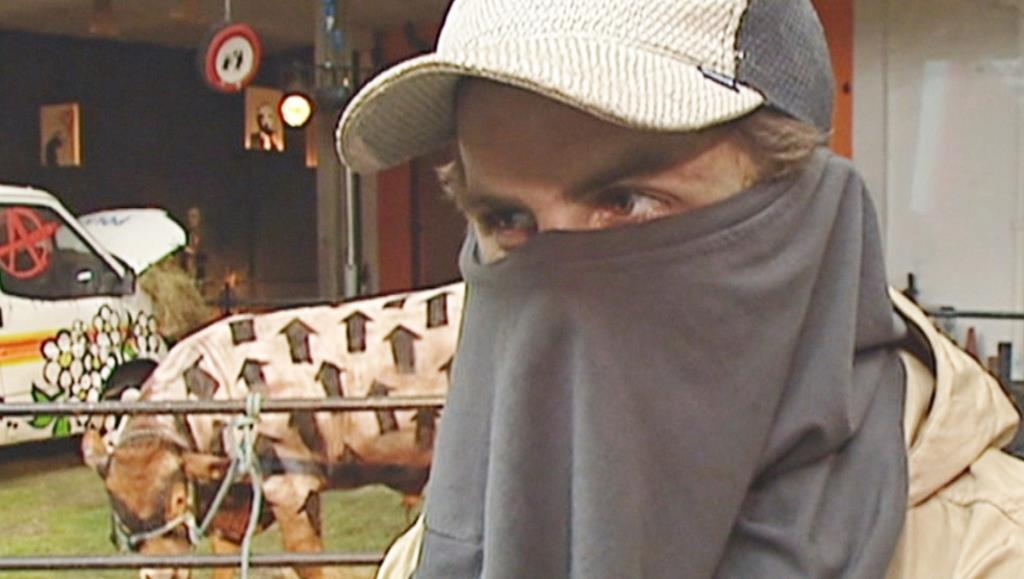 英民放ITVが2003年にインタビューした、路上芸術家バンクシーを名乗る男性の映像(ITV提供・英PA通信=共同)