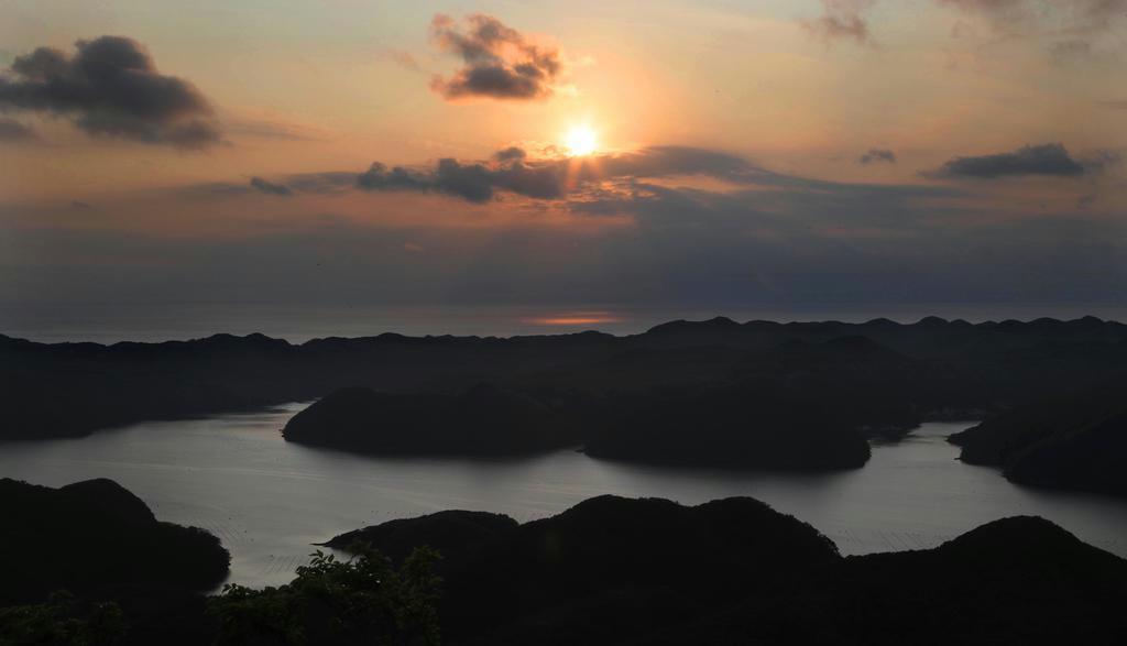 夕暮れの浅茅湾。遣唐使らはここを経由して大陸を目指した=長崎県対馬市