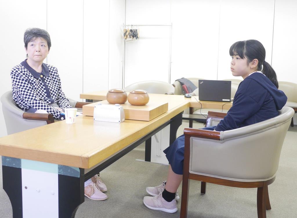 第23期女流棋聖戦の予選に出場した13歳の上野梨紗初段(右)は、新海洋子五段に敗れ初勝利はお預けに