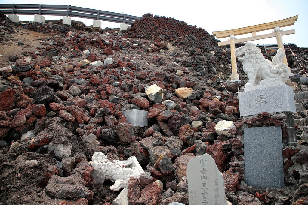 石積みが崩れた富士山の吉田ルート登山道=6月4日(早坂洋祐撮影)