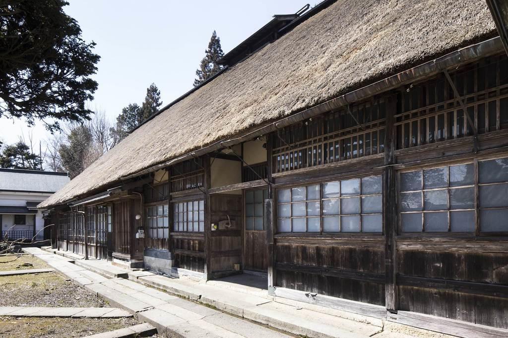 長さ30メートル以上のかやぶき屋根の主屋=山形県中山町岡(中山町教育委員会提供)