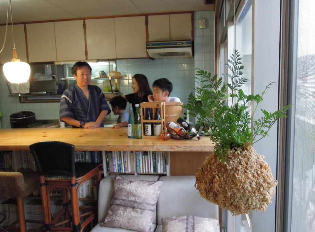 ゲストハウスに飾られている苔玉=7月2日午後、高松市