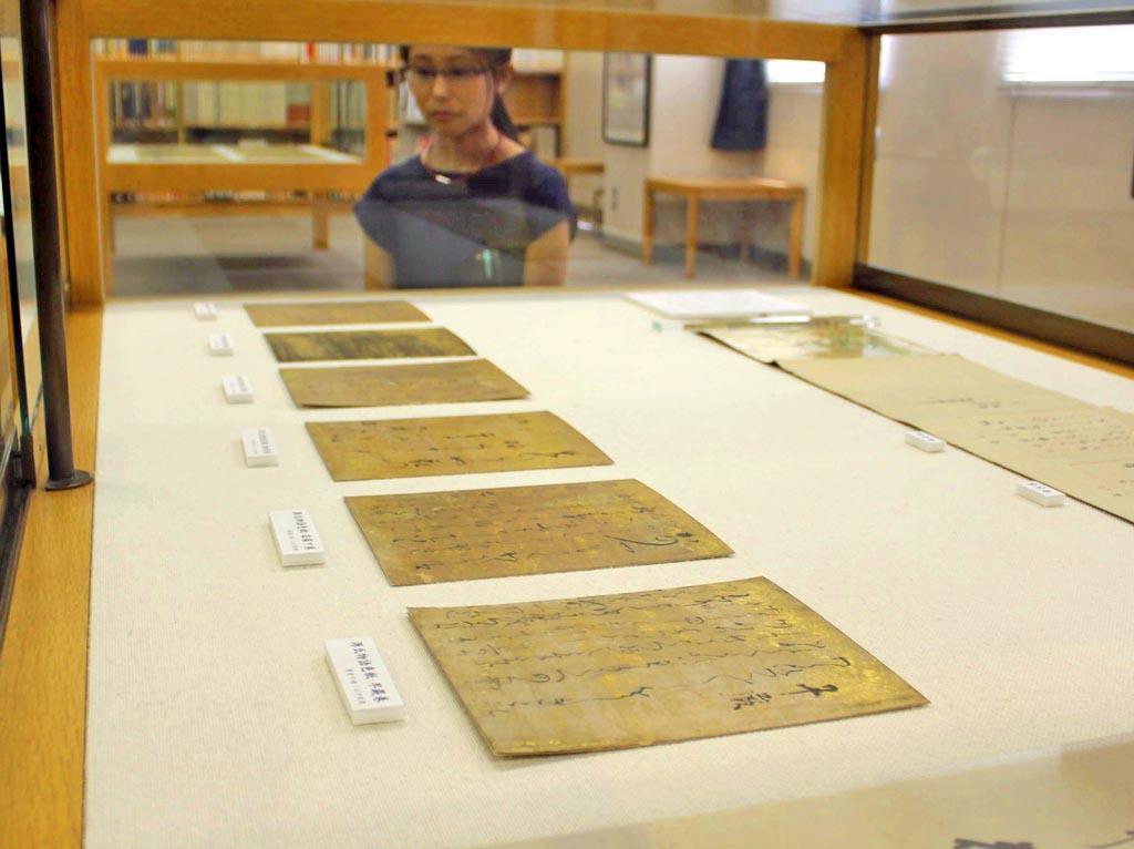 源氏物語の詞を書き写した色紙=奈良市の奈良大図書館