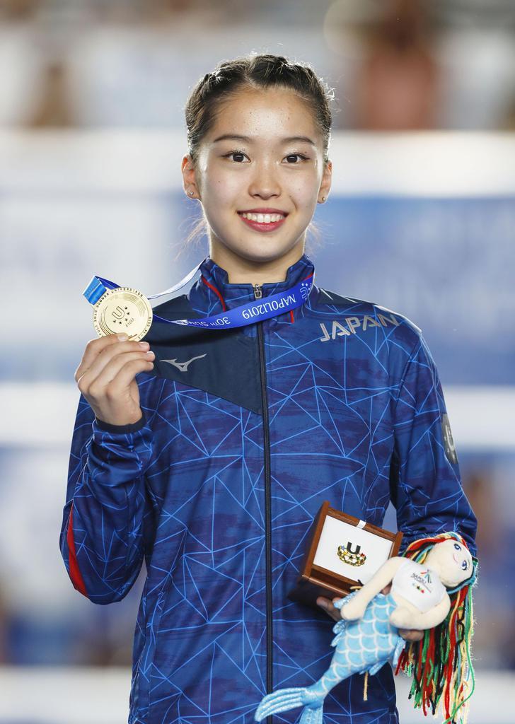 体操種目別決勝の女子平均台で優勝し、金メダルを手にする畠田瞳=ナポリ(共同)