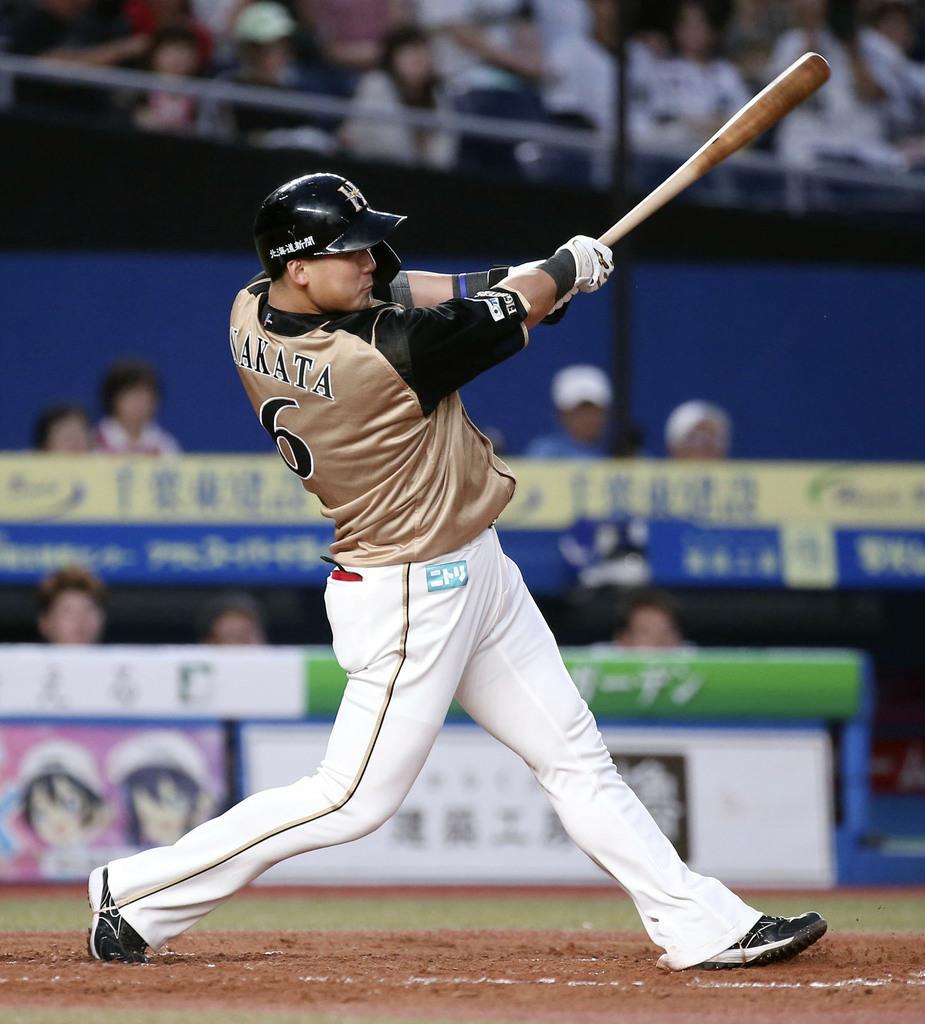 3回2死一塁、日本ハムの中田が左中間に2打席連続の2ランを放つ=8日、ZOZOマリン