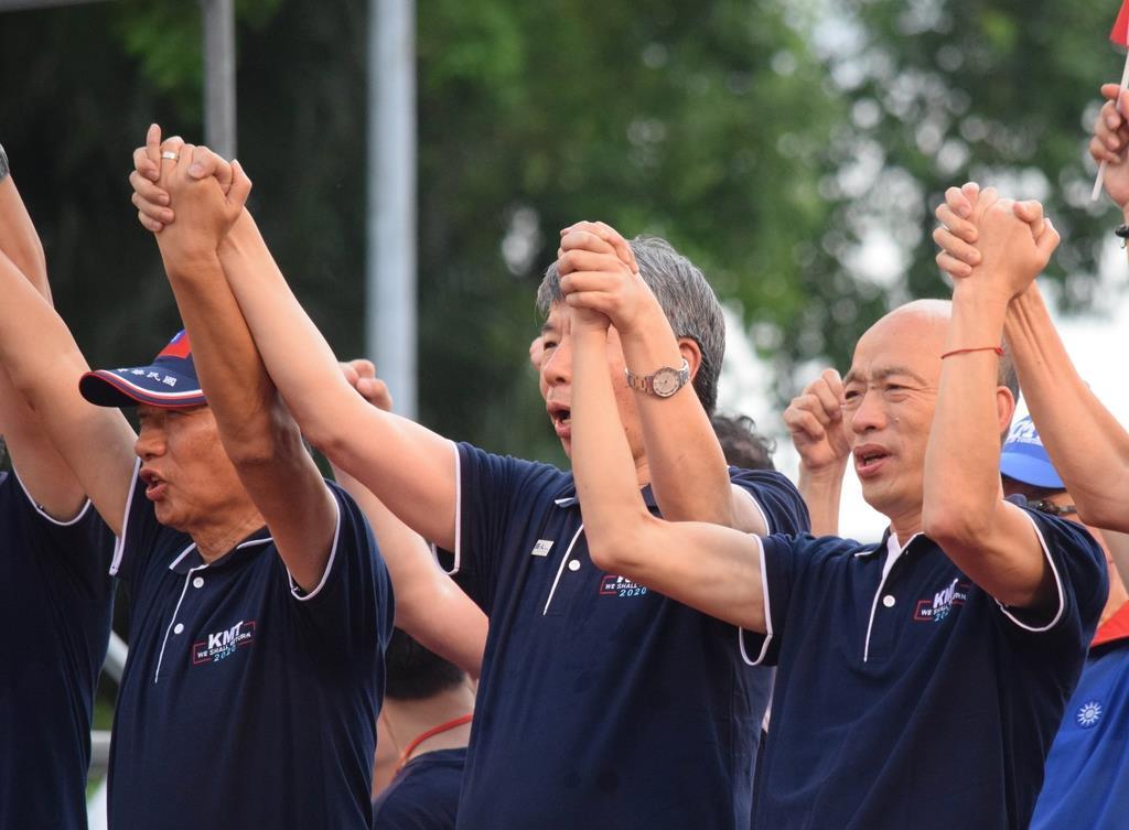 7日、台北市の総統府前で開いた集会で、間に1人挟んで気勢を上げる中国国民党の郭台銘氏(左)と韓国瑜氏(右)=田中靖人撮影