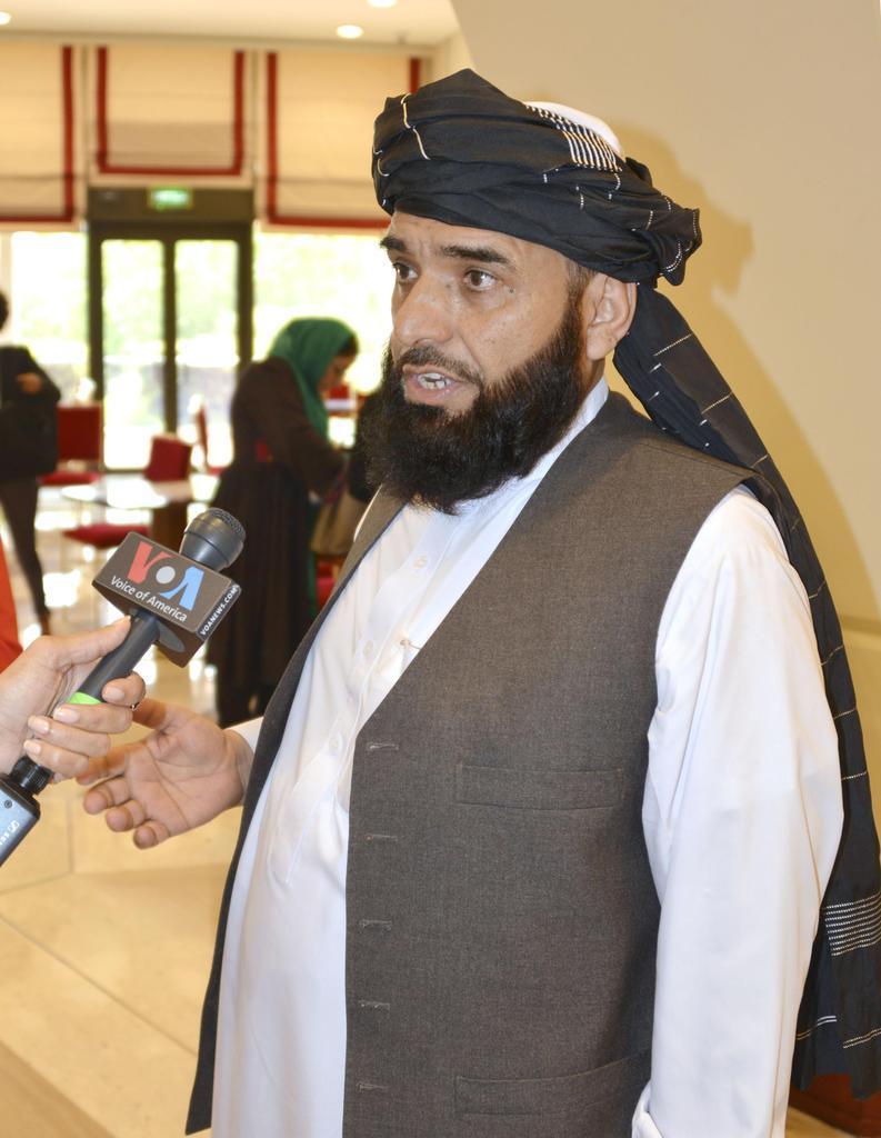 アフガニスタンの戦闘終結について話し合う会合に参加した反政府武装勢力タリバンの報道担当者シャヒーン氏=8日、カタール・ドーハ(共同)