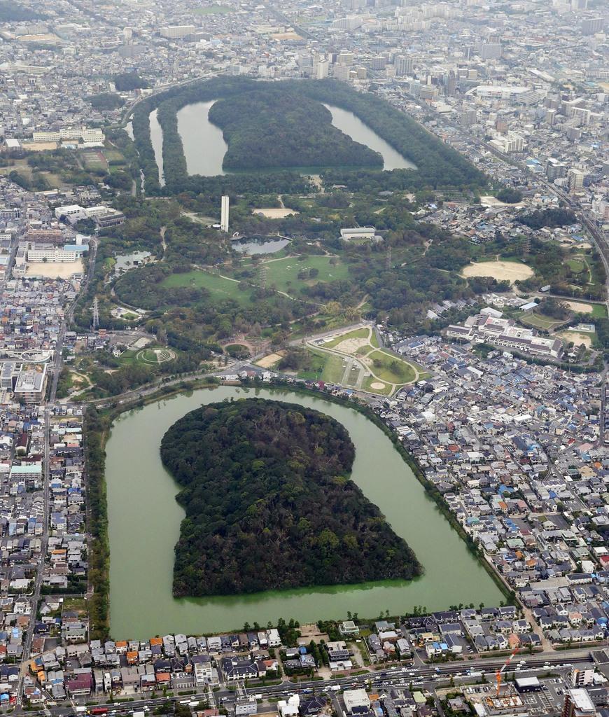 日本最大の規模を誇る仁徳天皇陵古墳(奥)と、3位の履中天皇陵古墳(手前)。世界文化遺産への登録も正式決定した=堺市、本社ヘリから