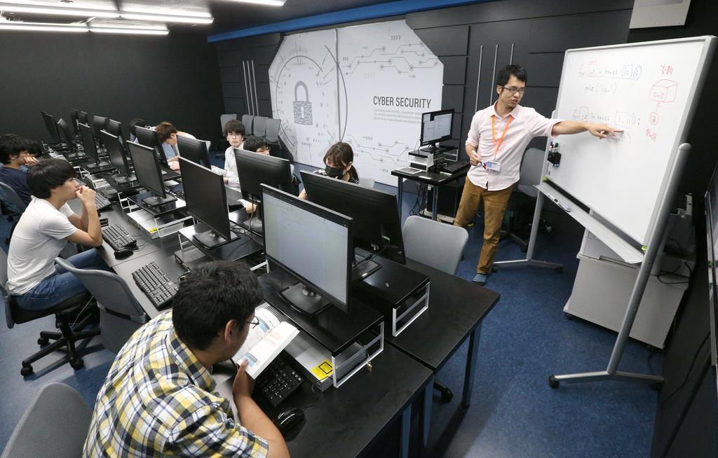 プログラミングの授業を受ける学生=1日、大阪市西区のOCA大阪デザイン&IT専門学校(寺口純平撮影)