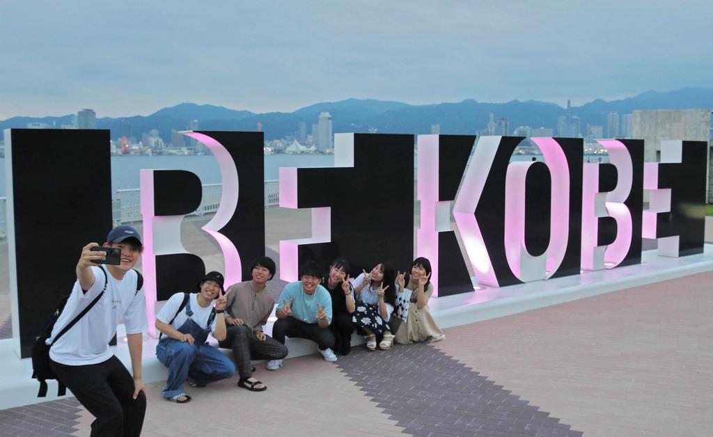 お披露目された新しいモニュメント「BE KOBE」=8日午後、神戸市中央区(木下未希撮影)