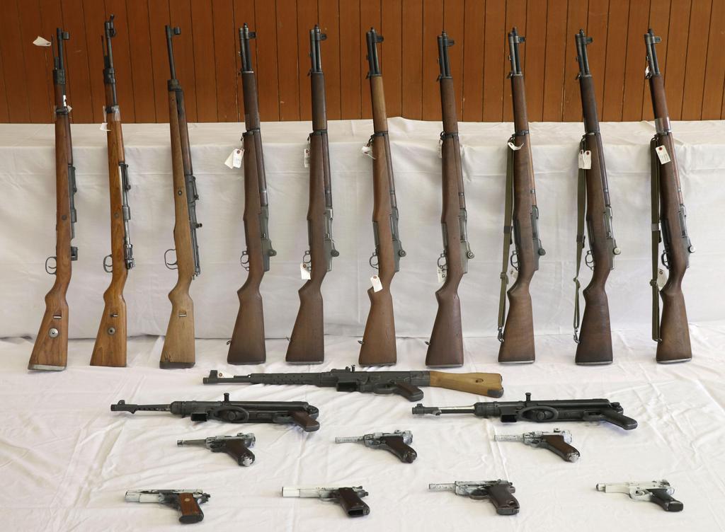 押収された拳銃と小銃計20丁=8日、神戸・長田署
