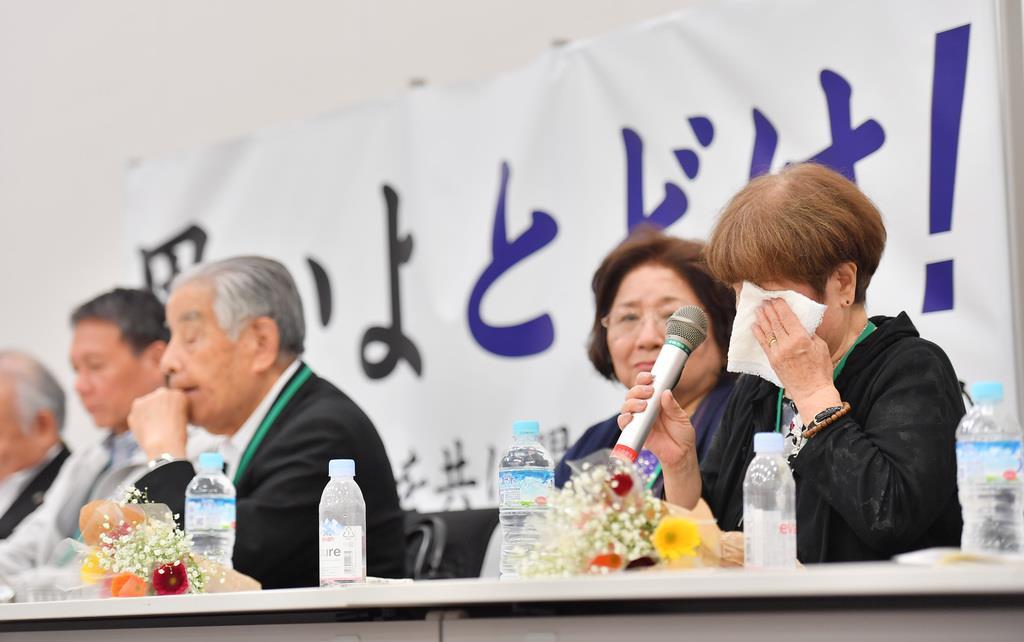 ハンセン病家族訴訟についての会見で、涙をぬぐう原告側の女性(右)=9日午後、東京・永田町の衆院議員会館(宮崎瑞穂撮影)