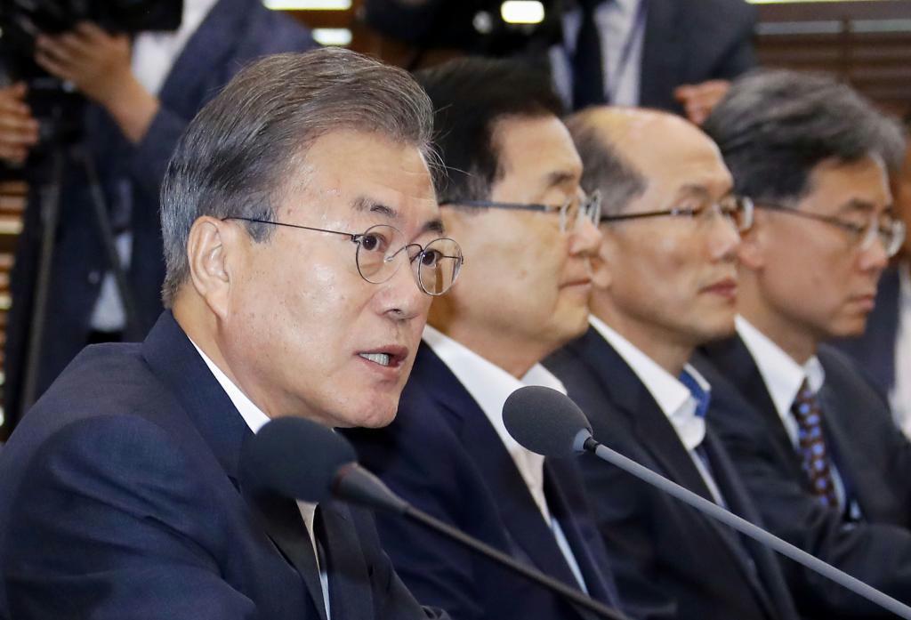 8日、ソウルで大統領府高官らとの会議で発言する韓国の文在寅大統領(左端)(聯合=共同)