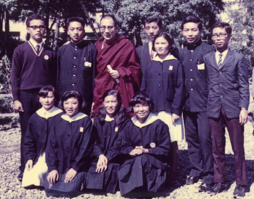 1967年秋、初来日したダライ・ラマ14世(後列左から3番目)を囲んで。後列右から2番目が中学生時代の西蔵ツワンさん
