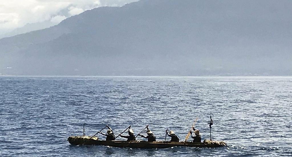台湾沖を進む、国立科学博物館のチームが乗り込んだ丸木舟=7日午後(同博物館提供)