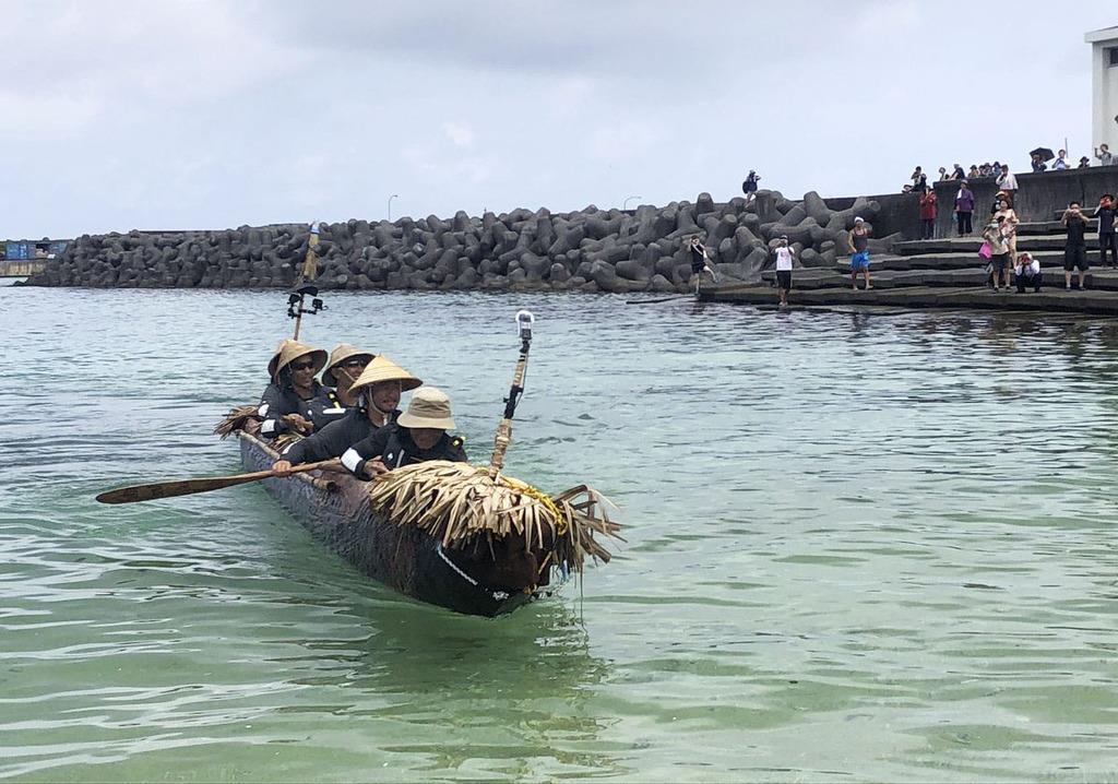沖縄県・与那国島の港に到着した国立科学博物館チームの丸木舟=9日午前(同博物館提供)