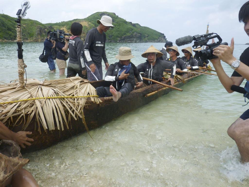 台湾から沖縄県・与那国島に到着した国立科学博物館のチームの丸木舟=9日