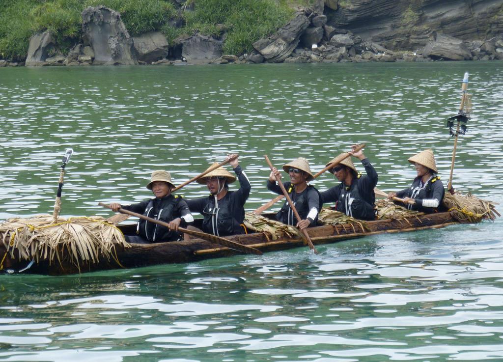 9日、台湾から沖縄県・与那国島に到着した国立科学博物館チームの丸木舟
