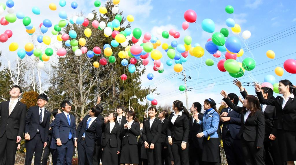 風船を飛ばす富士急行グループの新成人=昨年1月、山梨県富士吉田市
