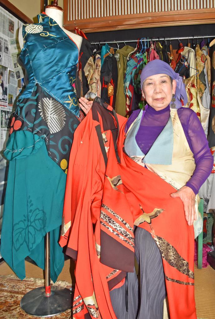 服飾デザイナーの山形千恵子さん。アトリエには自らがデザインした衣装が並ぶ=茨城県ひたちなか市中根(海老原由紀撮影)