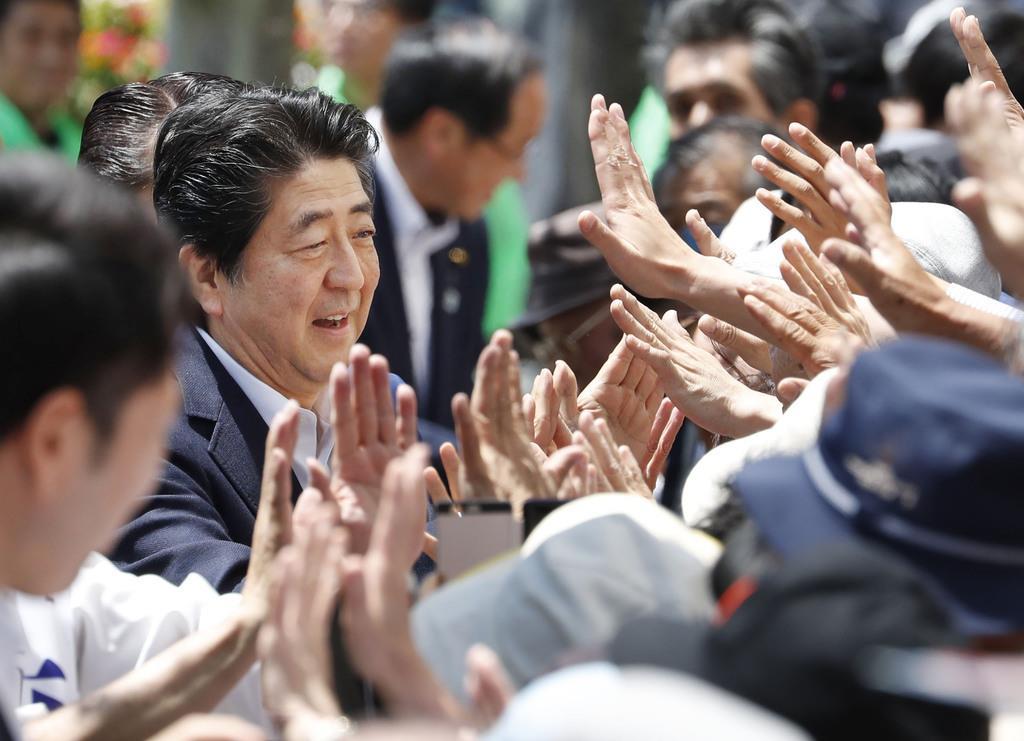 街頭演説後、有権者らとタッチを交わす自民党総裁の安倍首相=8日午後、岩手県北上市