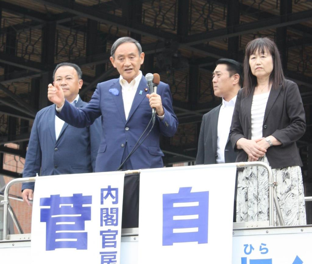 街宣車から支持を訴える菅義偉官房長官=9日、大分市