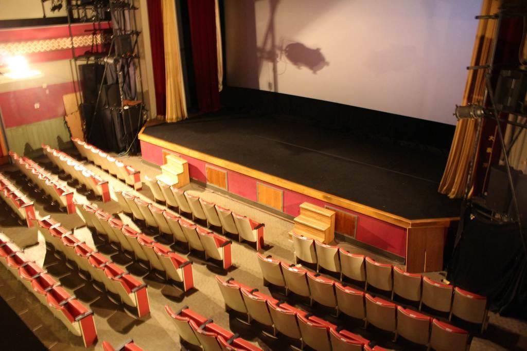 開館当時には歌舞伎の興業などが行われていたため、今でも舞台の名残を見て取れる。観客席に少しせり出していて、スクリーンは舞台の奥にセットされている
