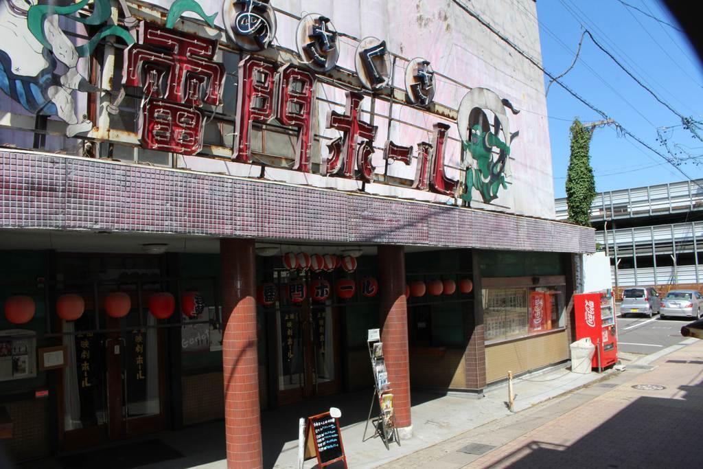 上田映劇は、劇団ひとり原作・監督の「青天の霹靂」のセットに使われた。撮影終了後も華やかなりし昭和のたたずまいを今に伝えるため、そのまましてある=上田市中央