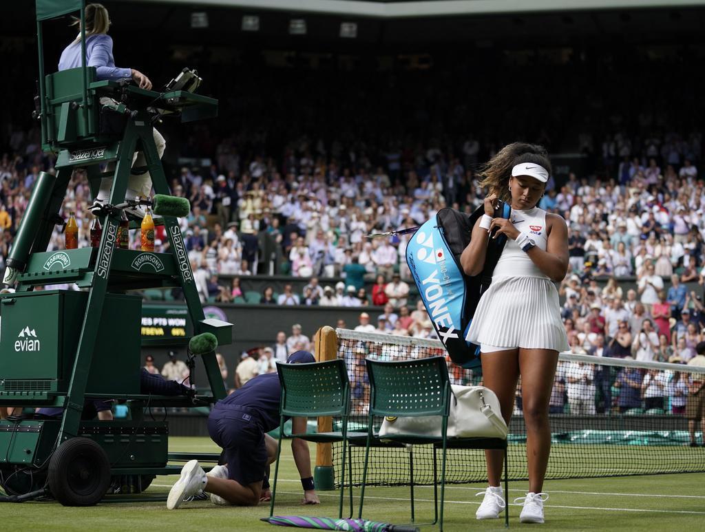 テニスのウィンブルドン選手権シングルスで初戦敗退し、肩を落として引き揚げる大坂なおみ=1日、ウィンブルドン(共同)