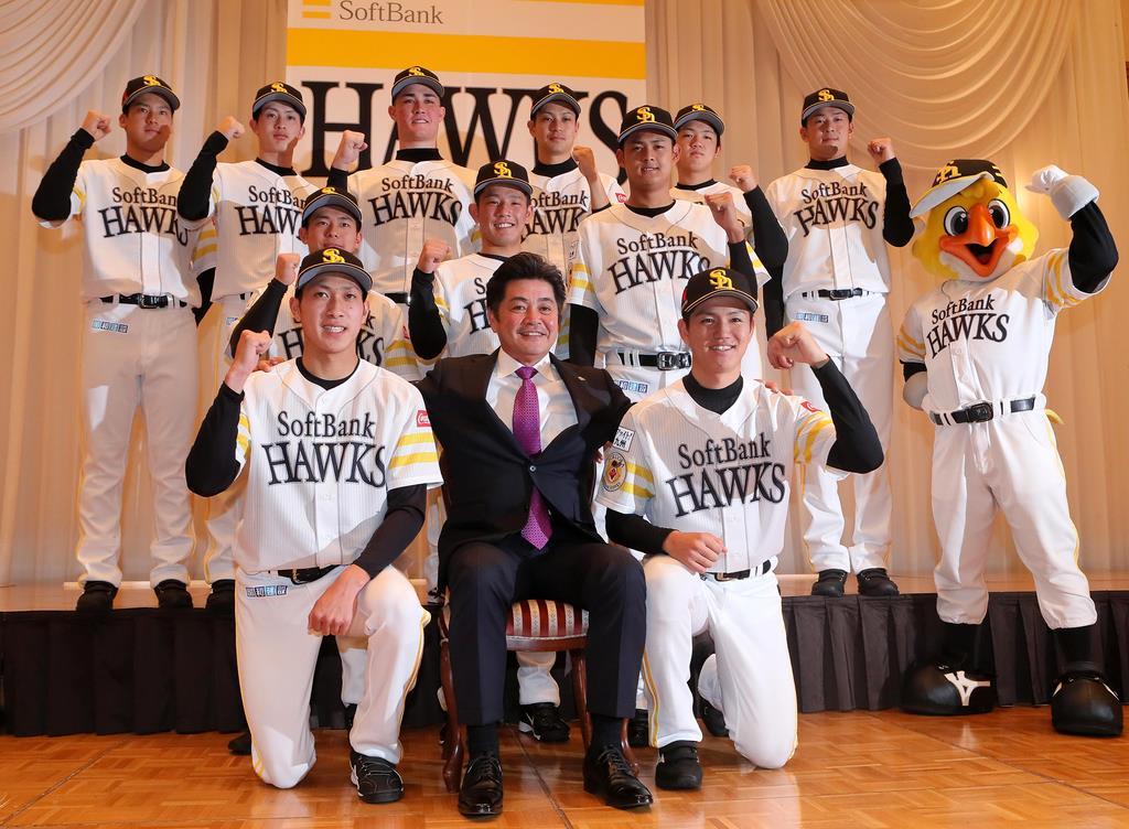 ソフトバンク新入団選手発表会見。後列左から3人目が砂川リチャード選手=福岡市内のホテル(撮影・仲道裕司)