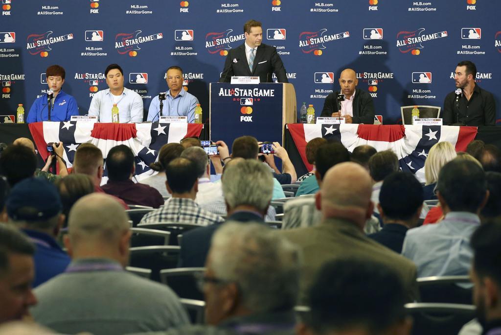 オールスター戦前日の記者会見をする(左2人目から)ナ・リーグ先発の柳賢振、ロバーツ監督、1人置いてア・リーグのコーラ監督、先発のバーランダー=8日、クリーブランド(共同)