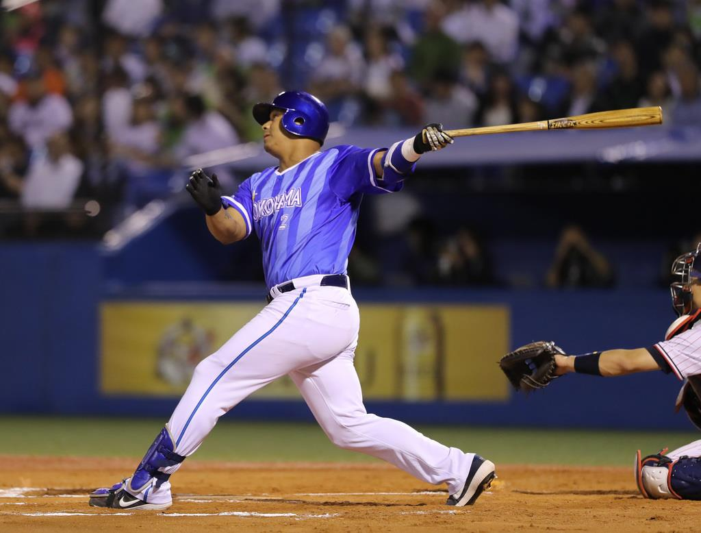 6回、満塁左本塁打を放つDeNA・ロペス=神宮(撮影・斎藤浩一)