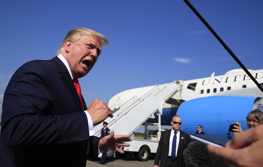 7日、米ニュージャージー州の空港で、記者団に語るトランプ大統領(AP)