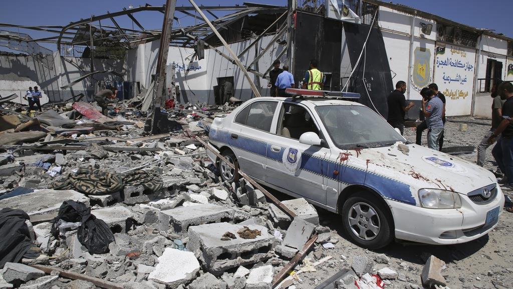 3日、リビア・トリポリ近郊で空爆によりがれきが散乱した移民・難民収容施設(AP)
