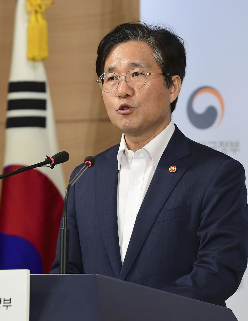 記者会見する韓国の成允模・産業通商資源相=9日、ソウル(共同)