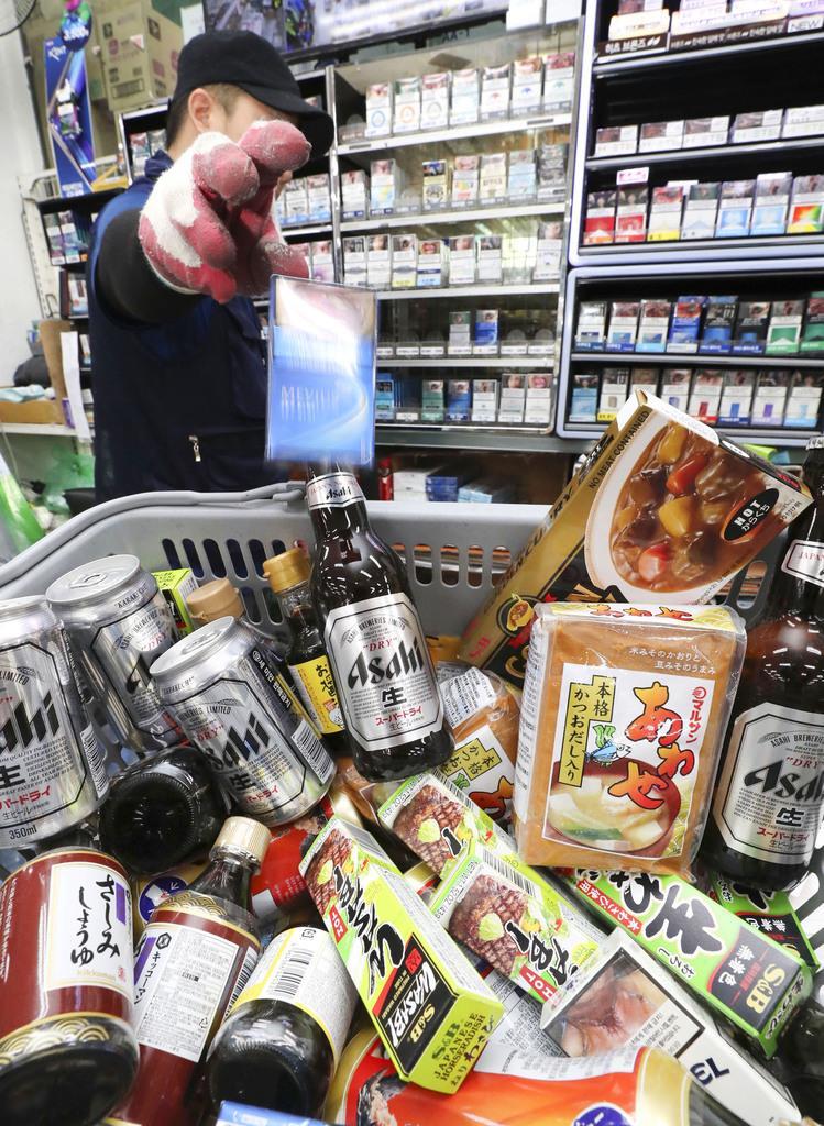 ソウルのスーパーで陳列棚から下ろされた日本メーカーのビールやたばこ、食品など=7日(聯合=共同)