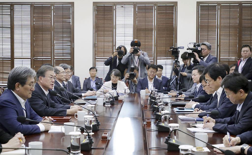 """8日、ソウルの韓国大統領府で会議を開く文在寅大統領(左から2人目)。日韓""""冷戦""""の行方は…(大統領府提供・共同)"""