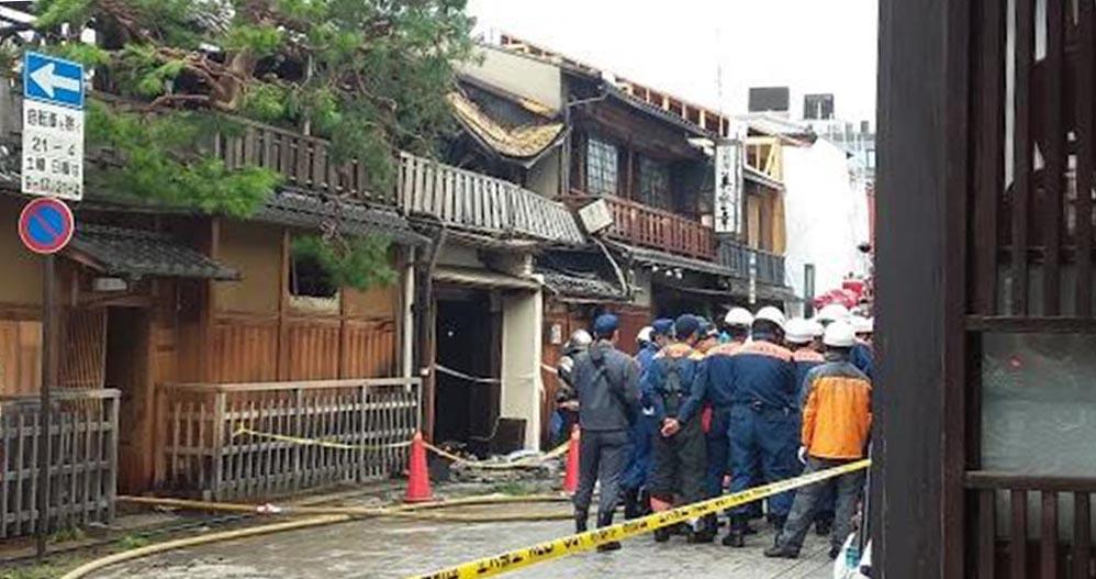 一夜明け、実況見分が行われている京都・祇園の火災現場=9日午前10時20分ごろ、京都市東山区