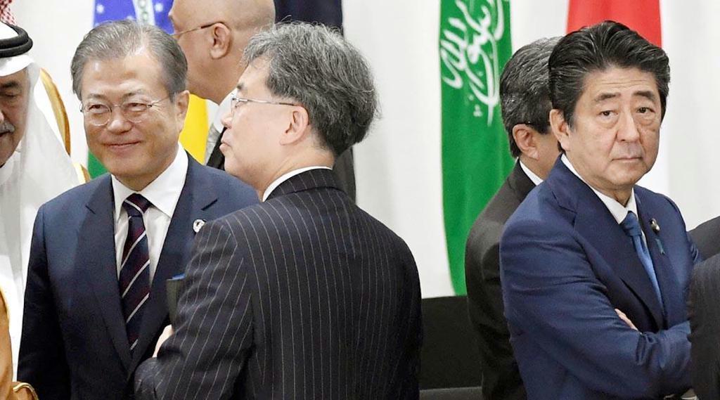 G20大阪サミットで同席した韓国の文在寅大統領(左)と安倍晋三首相(右)。日韓関係は厳しいままだ=6月29日