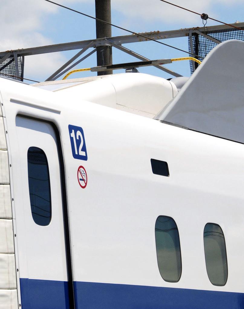 バッテリーによる自走試験を行うため、パンタグラフを下ろした東海道新幹線の新型車両「N700S」=10日午前、静岡県三島市