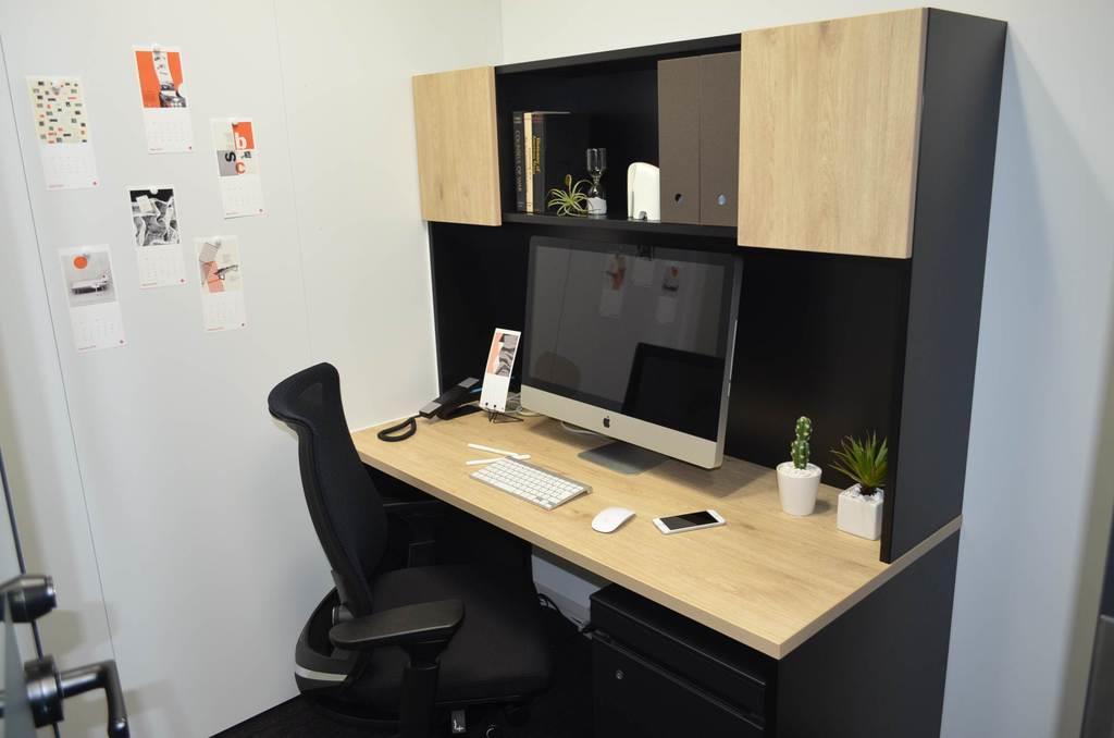 オリックスが開業したシェアオフィス「クロスオフィス六本木」の1人用個室=10日、東京都港区(平尾孝撮影)