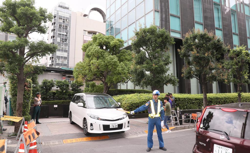 ジャニーズ事務所には関係者のものと思われる車両が出入りした=東京・渋谷(中井誠撮影)