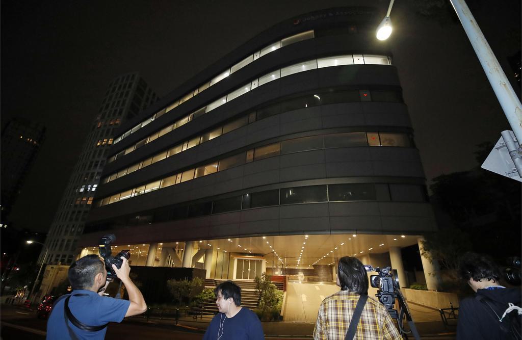 ジャニー喜多川さんの死去を受け、ジャニーズ事務所本社前に集まった報道関係者=9日午後11時50分、東京都港区