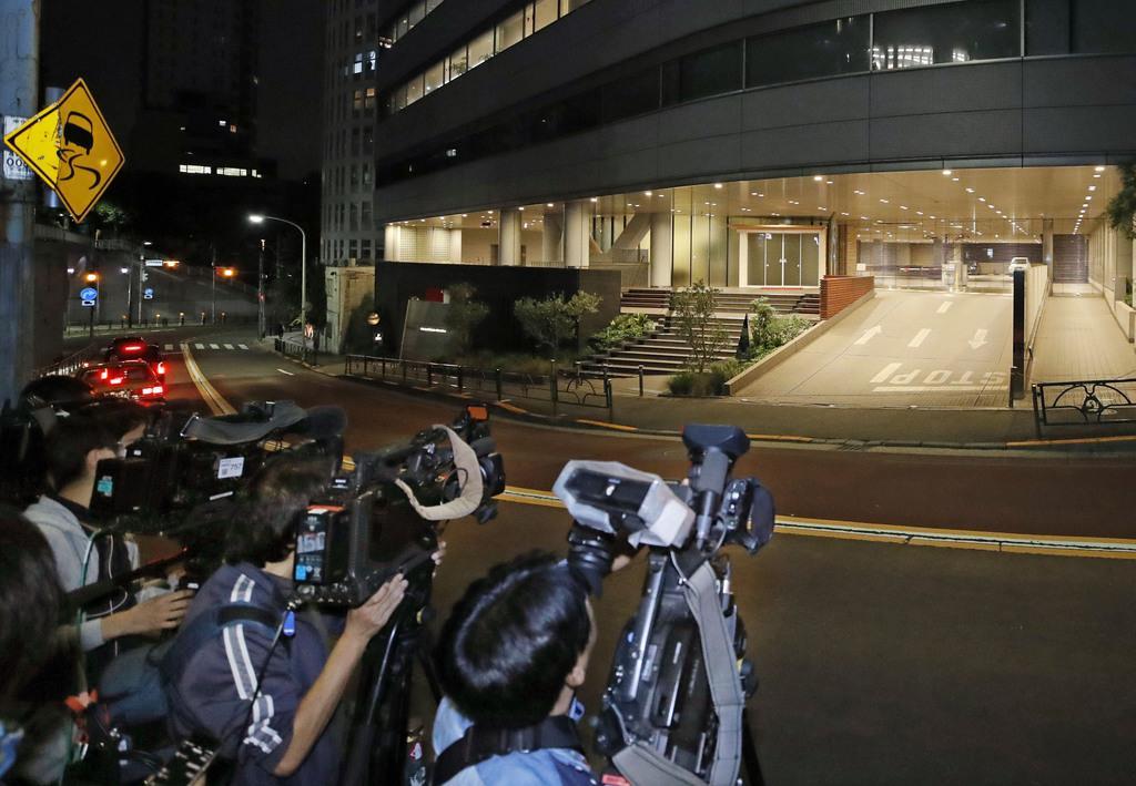 ジャニー喜多川さんの死去を受け、ジャニーズ事務所本社前に集まった報道関係者=10日午前0時、東京都港区