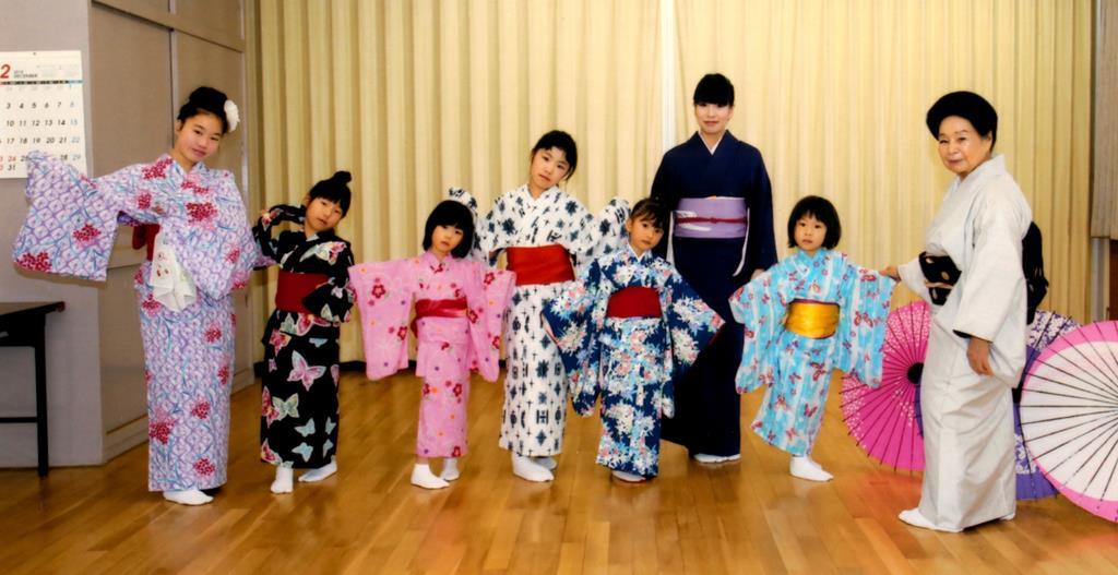 「子ども上方舞教室」で山村若佐紀さん(右端)から指導を受ける子供たち(山村若佐紀上方舞研究所提供)
