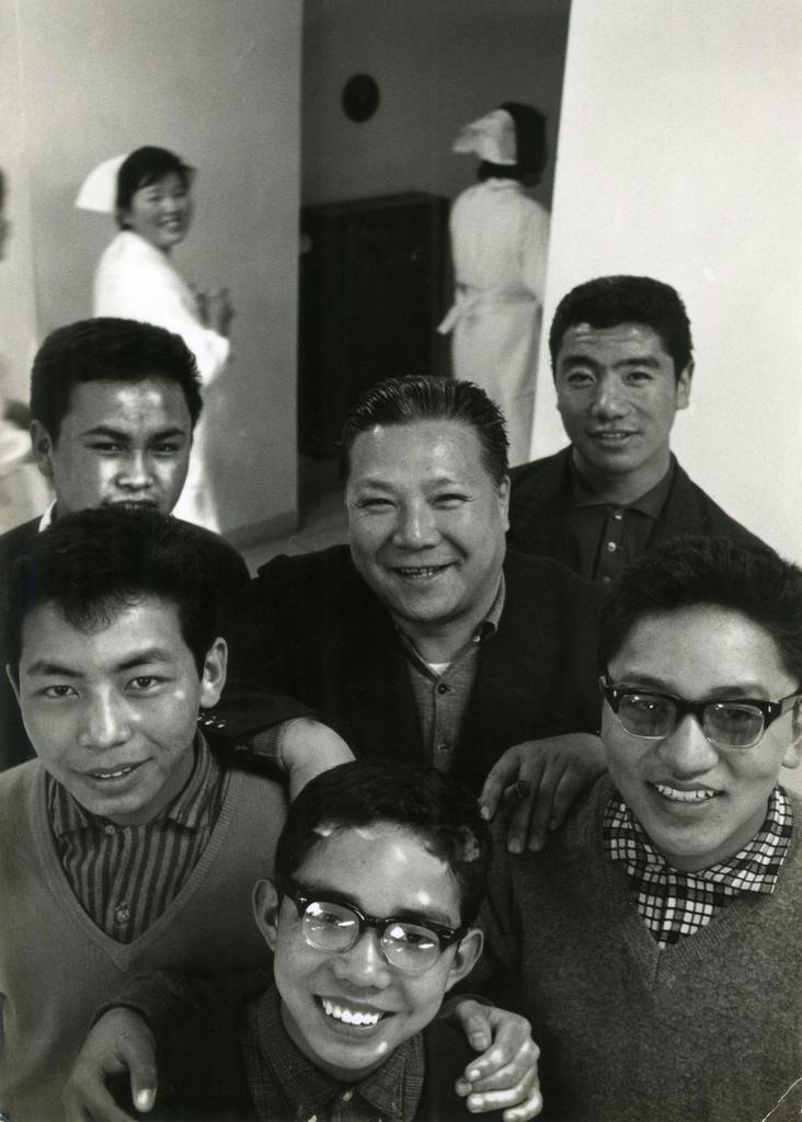 恩師の丸木清美先生(中央)を囲んで。左手前が西蔵ツワンさん =1966年ごろ